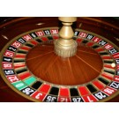 Blackjack tafel met dealer en Roulette met croupier