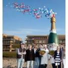 Champagnefles met 500 heliumballonnen